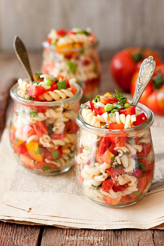 salatka z makaronu pomidorow i papryki